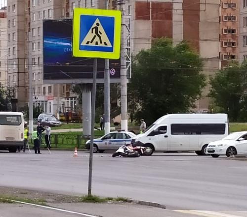 Машина скорой помощи оказалась на боку. В Магнитогорске водитель «Мерседеса» протаранил автомобиль медиков