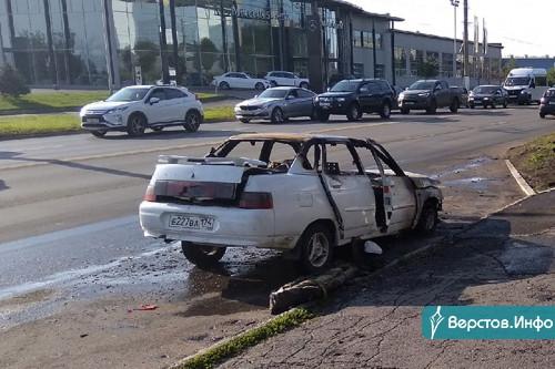 Хозяина автомобиля ищут. На перекрёстке Ленина – Сталеваров полностью сгорела «десятка»