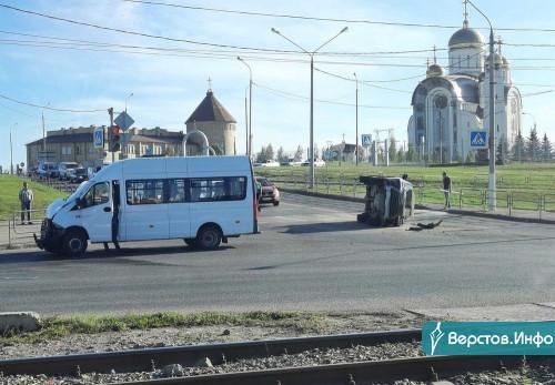 «Лексус» оказался на боку. На перекрёстке Завенягина – Вознесенская иномарка столкнулась с маршруткой