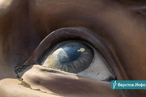 Начали зимой, закончили в конце лета. 21-тонная пляжная скульптура символизирует отдыхающего жителя Магнитогорска