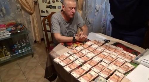 Куча денег и портрет чиновника в образе императора. ФСБ опубликовала видео обыска в магнитогорской квартире Тефтелева