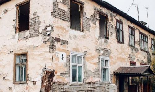 Там до сих пор живут люди! Аварийные бараки в посёлке под Магнитогорском могут рухнуть в любую секунду