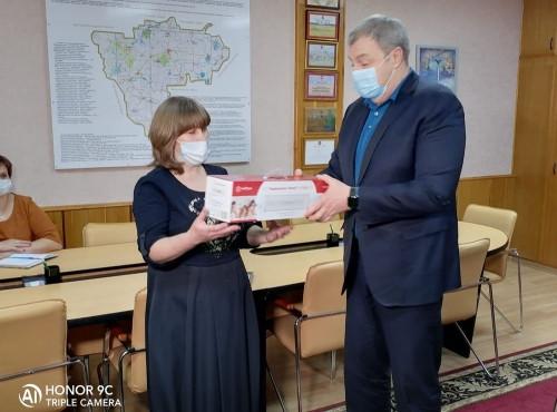 На собственные средства. Накануне Нового года Виталий Бахметьев дарил подарки