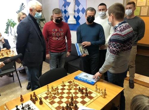 Турнир открыли губернатор и президент. Алексей Текслер и Аркадий Дворкович наблюдали за игрой юных шахматистов