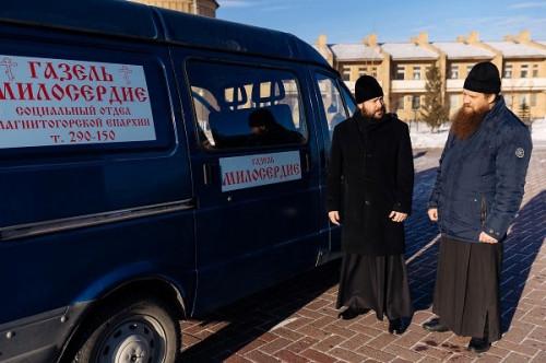 Будут кормить и одевать бездомных. В Магнитогорске начал работать православный автобус «Милосердие»