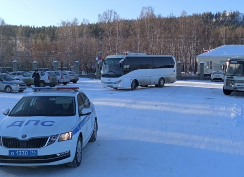 Детей возили под присмотром ДПС. В дни зимних каникул инспекторы 92 раза сопровождали автобусы со школьниками