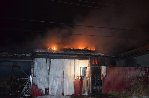 «Жаркий» день для пожарных. Сотрудники магнитогорского пожарного гарнизона тушили дома, автомобиль и квартиру