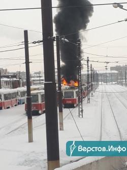 Сгорели два вагона. В МЧС прокомментировали пожар в трамвайном депо Магнитогорска