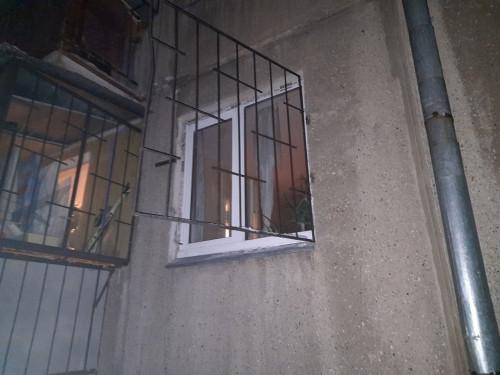 В Магнитогорске огнеборцы эвакуировали из задымленной квартиры пенсионерку. Её 80-летний супруг погиб